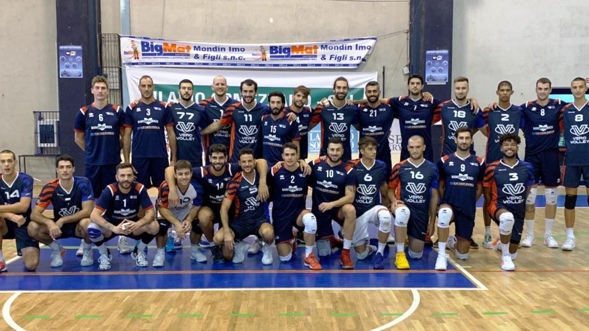 Vero Volley Monza e Gas Sales Piacenza abbraccio