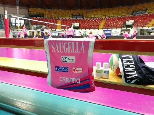 Cristina Marino alla Candy Arena come testimonial di Saugella: brand di Mylan, match sponsor di Monza-Bergamo